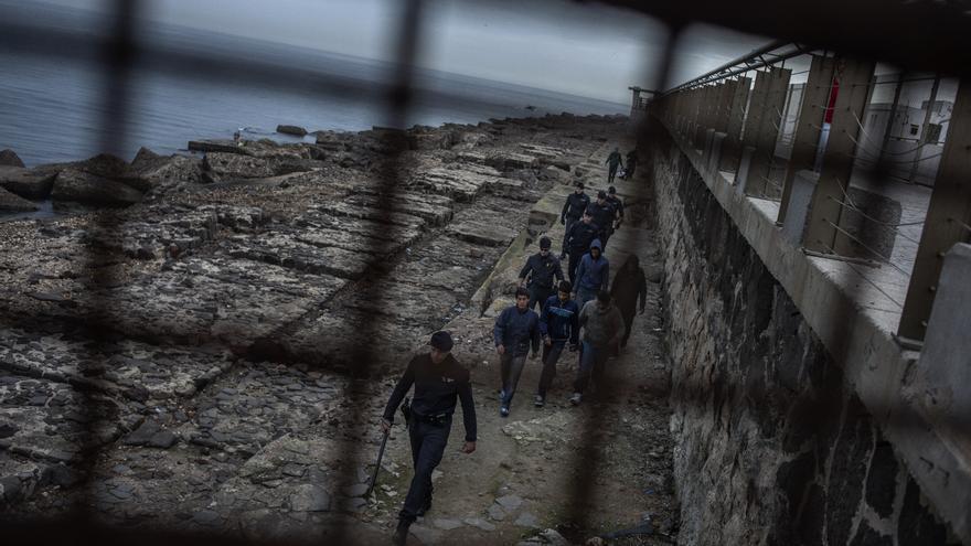 Otro tipo de violencia, la más obvia, es la violencia física. Esta foto, en Melilla en enero de 2014, está tomada en plena redada policial. Decenas de agentes y hasta helicópteros fueron desplegados para retener a un grupo de apenas siete niños. Algunos fueron llevados a comisaría y otros fueron devueltos a Marruecos, cuenta José, que explica que las devoluciones son comunes. Los chavales temen a la Policía porque también está casi normalizado, según los testimonios de los niños, que les peguen.