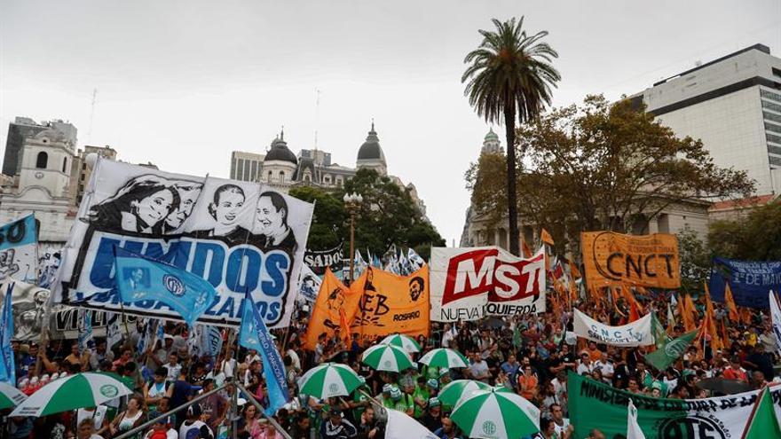 Sindicatos argentinos protestan en la calle antes del paro general del día 6