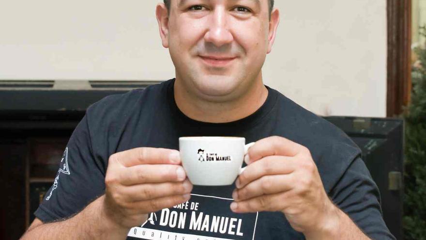 Rayco con una taza de café en su local. Foto publicada en 'The Guardian'.