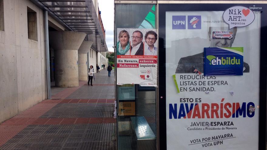 Carteles electorales colocados en la parada de la villavesa en la UPNA.