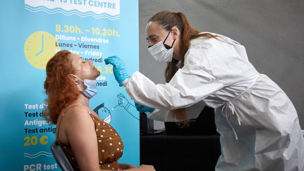 Una enfermera realiza una prueba de COVID-19 en Lloret de Mar