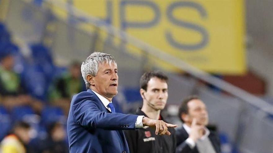 Los entrenadores de la UD Las Palmas, Quique Setién, y de la Real Sociedad Eusebio Sacristán (d) durante el partido de la vigésimo cuarta jornada de Liga en Primera División que se juega esta noche en el estadio de Gran Canaria. EFE/Elvira Urquijo A.