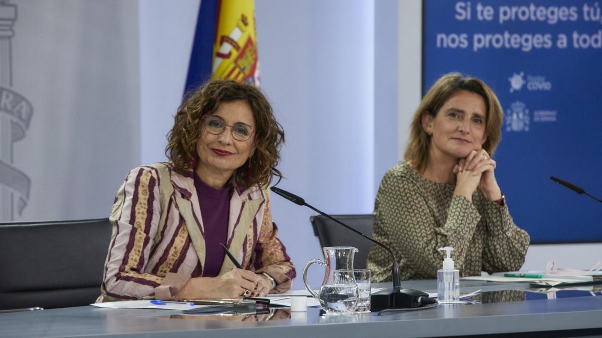 La ministra de Hacienda, María Jesús Montero, y la vicepresidenta tercera y ministra para la Transición Ecológica, Teresa Ribera.
