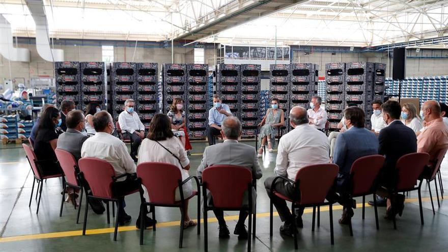 Los Reyes charlando con representantes del sector primario tinerfeño este martes.