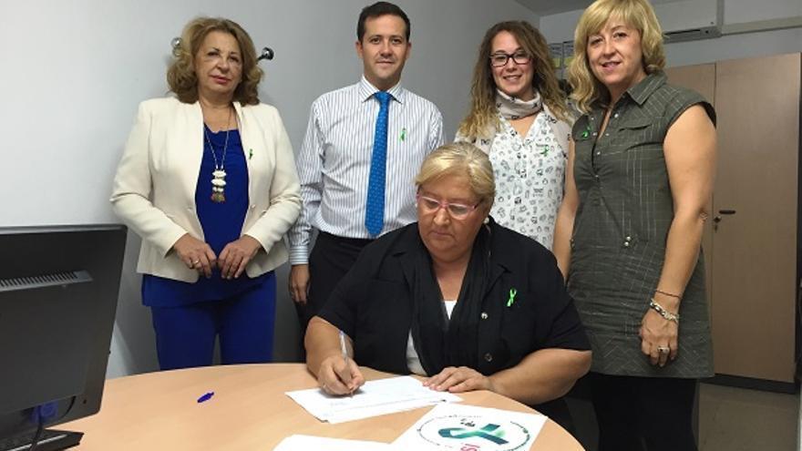 Carlos Velázquez recogida firmas convenio sanitario