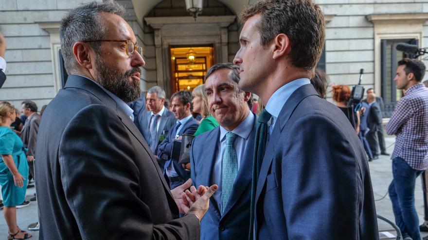Juan Carlos Girauta y Pablo Casado conversan a las puertas del Congreso.