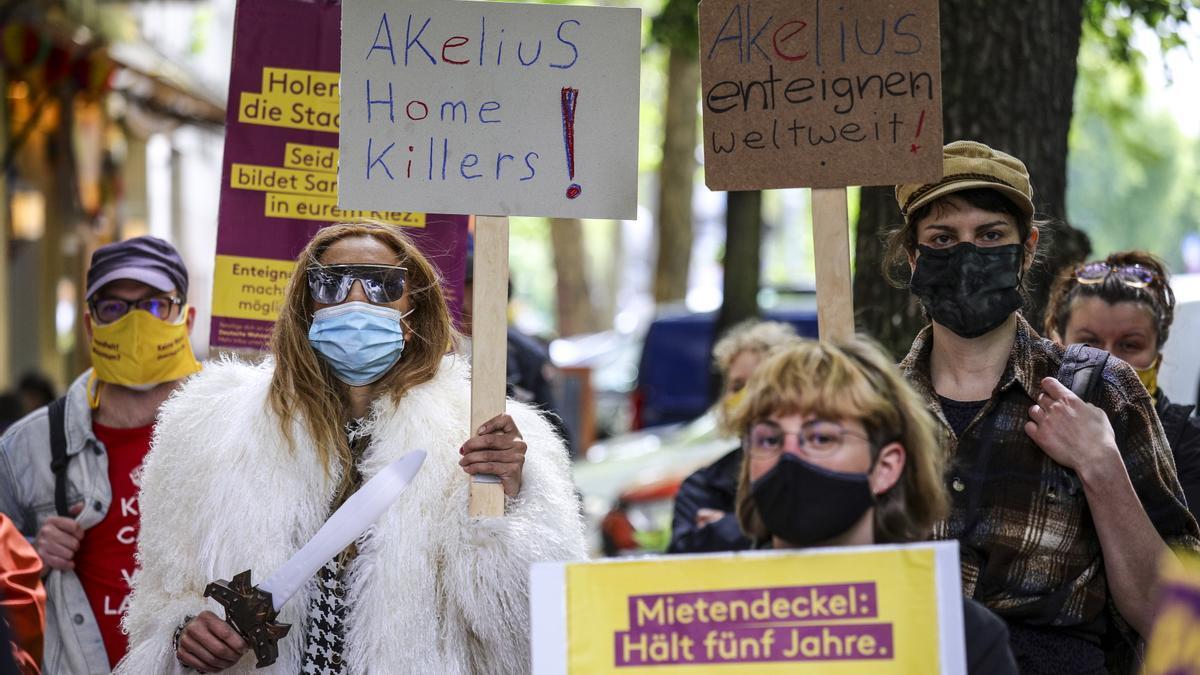 Miembros del movimiento 'Expropiemos Deutsche Wohnen & Co.' protestan contra los grandes propietarios de viviendas.