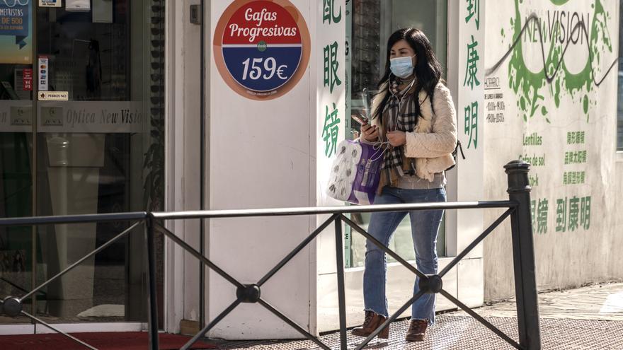Las mascarillas no se ven con frecuencia en el barrio de Usera, aunque están agotadas en las farmacias.