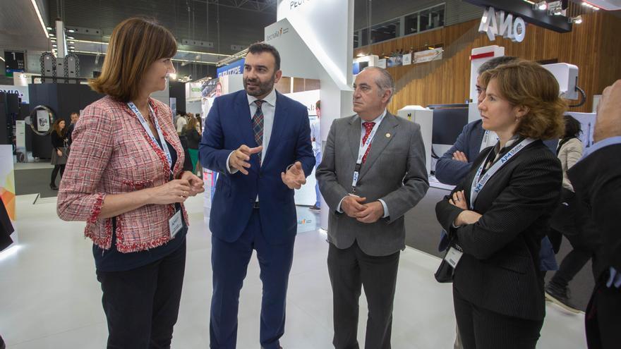 Los consejeros Arriola y Pérez con la secretaria general del PSE-EE, Idoia Mendia