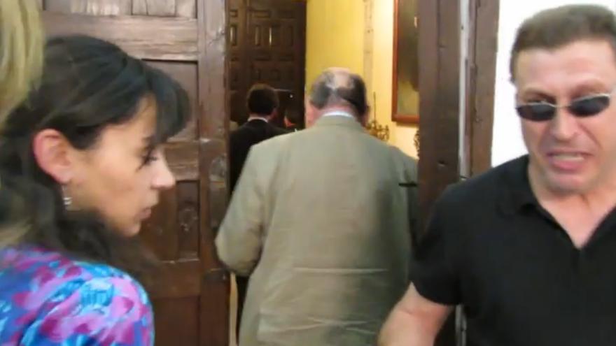 Fernando entrega los manifiestos a los concejales del PP que abandonan el pleno