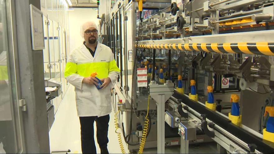 Una fábrica en Tres Cantos, que produce y dona 5.000 botellas diarias de soluciones hidroalcohólicas / Europa Press