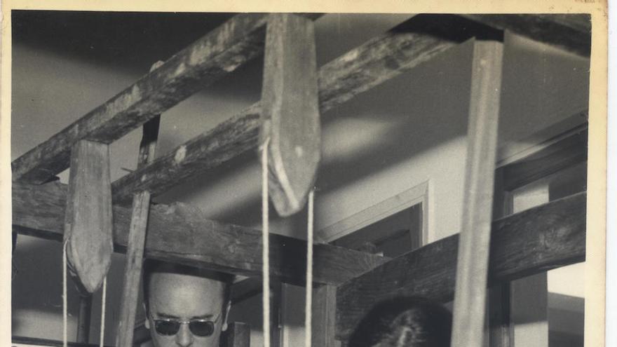 El gobernador civil Mariano Nicolás García observa atentamente el trabajo en el telar de la artesana María García Cabrera, con motivo de la inauguración oficial, el día 12 de abril de 1969, de la Escuela de Artesanía. Foto: TOMÁS AYUT