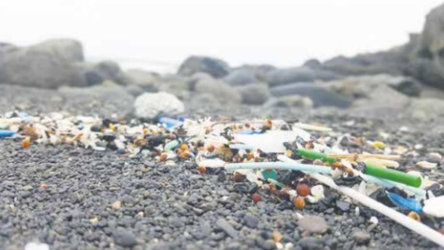 Miles de pequeñas piezas de microplástico en una playa de la isla de Fuerteventura.