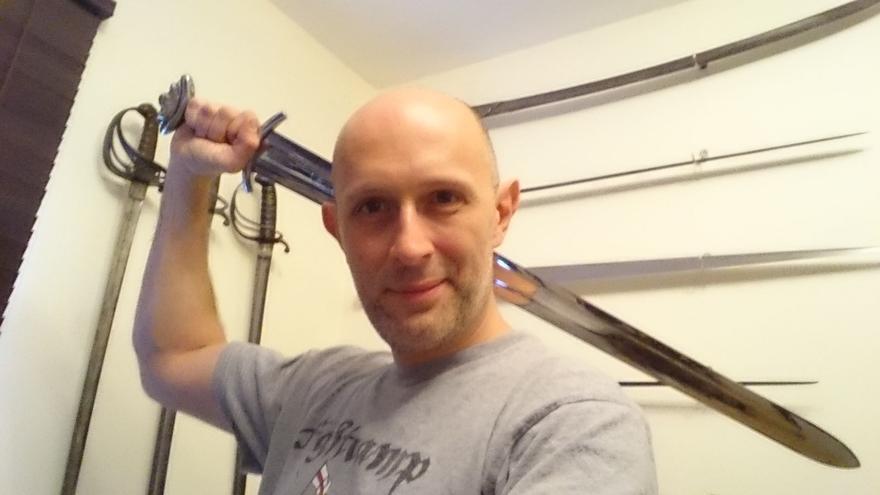 Matt Easton no solo ha estudiado armas históricas, sino que sabe usarlas e incluso las vende