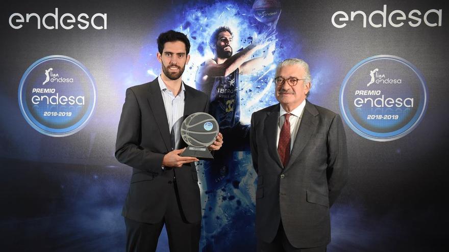 Javier Beirán, alero del Iberostar Tenerife, recibió en la sede de la compañía eléctrica el premio Endesa 2019