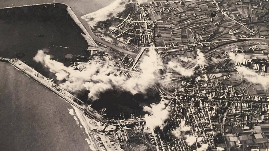 Vista aérea de los bombardeos en la zona del puerto, una de las más castigadas