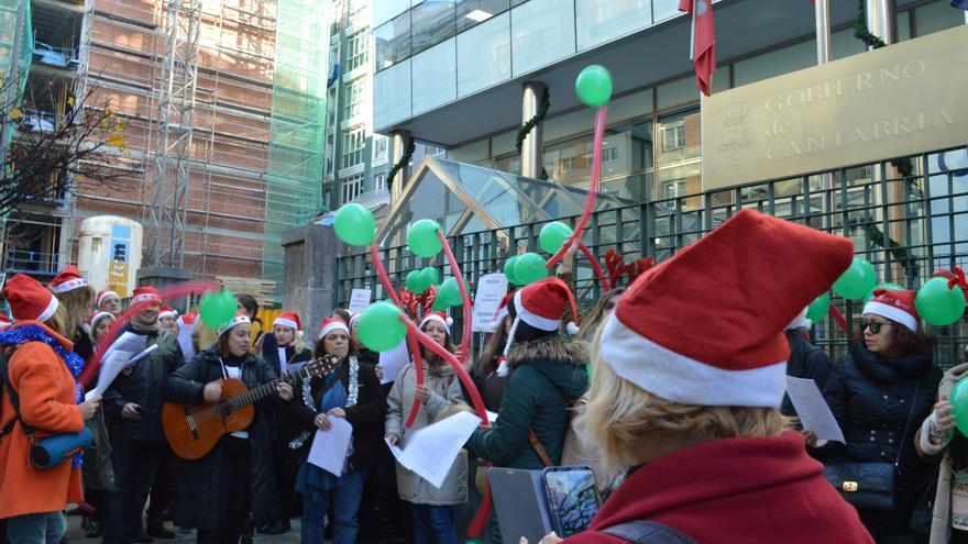 Una veintena de trabajadoras del CAD de Sierrallana canta villancicos frente a Peña Herbosa.