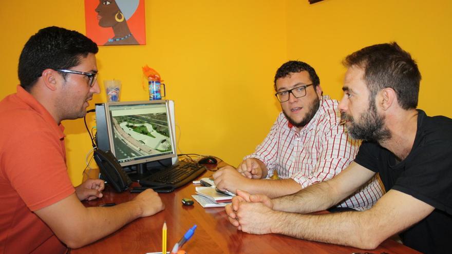 Reunión donde se ha abordado la futura  'Skateplaza' de la capital en la que han participado los concejales de Deportes y Juventud de Santa Cruz de La Palma.