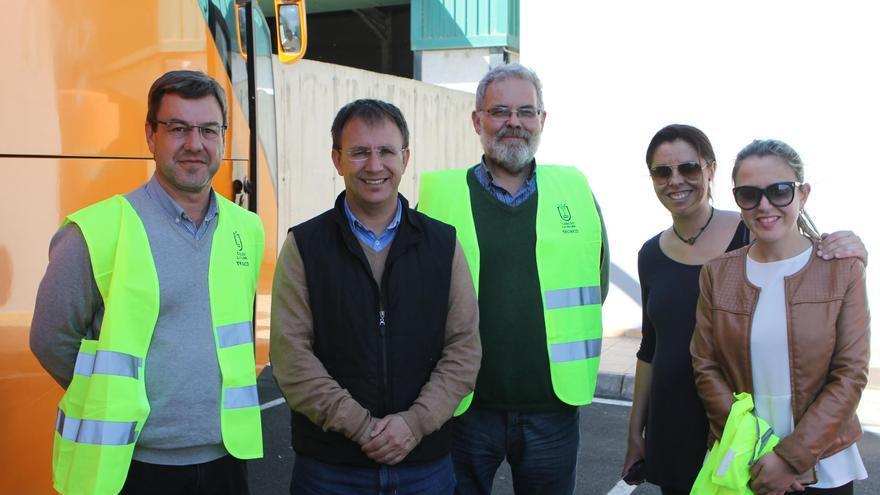 El alcalde, Sergio Rodríguez (segundo por la izquierda); la concejal de Limpieza, Irinova Hernández, y la concejal de Desarrollo, Mari Carmen Acosta, con el gerente y un técnico del Consorcio Insular de Servicios.