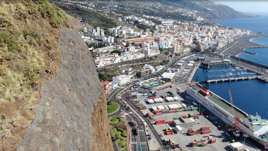 Malla de triple torsión anclada con bulones en la partes alta del Risco de La Concepción.