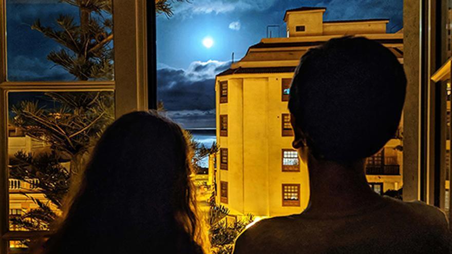 Superluna vista, durante el confinamiento, desde la ventana de una vivienda de Santa Cruz de La Palma.
