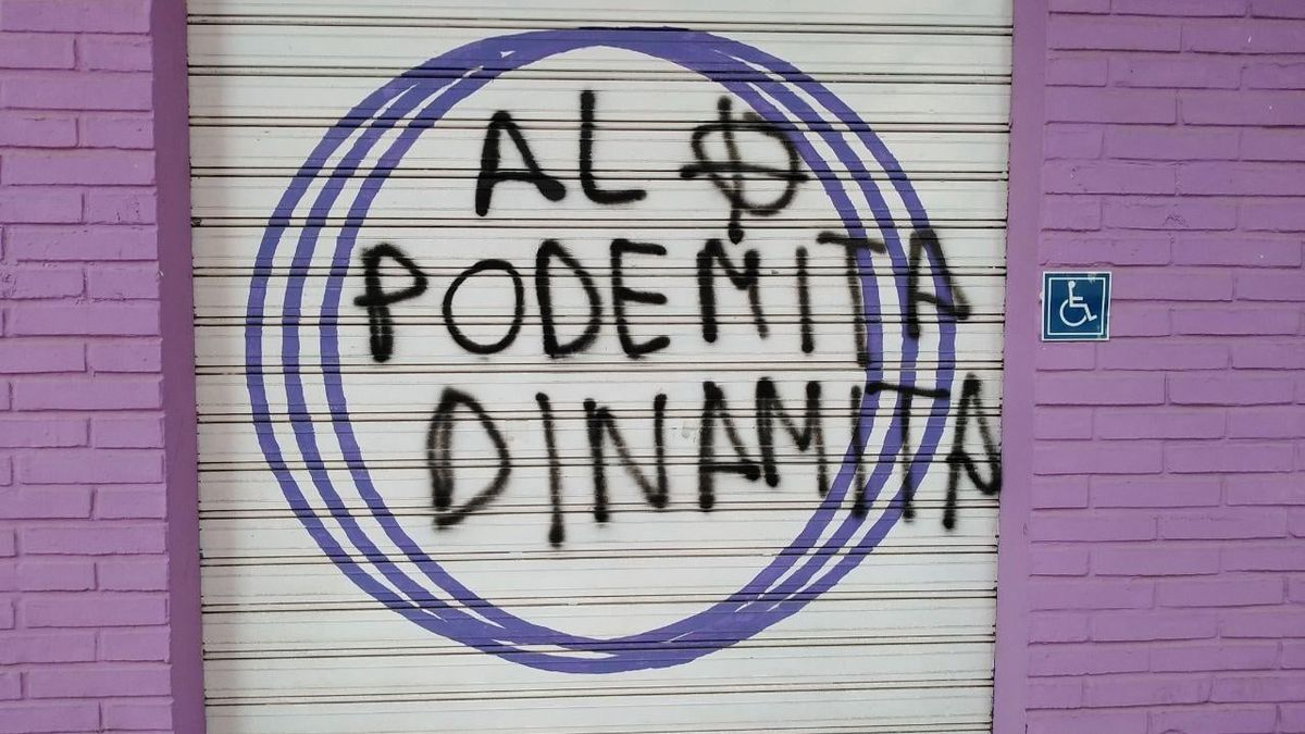 """Persiana de la entrada lateral de la sede de Podemos en Cartagena, con una amenaza pintada: """"Al podemita, dinamita"""""""