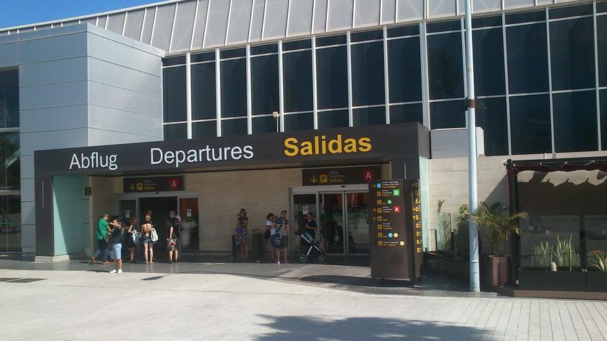 Exteriores de la terminal del aeropuerto Tenerife Sur.