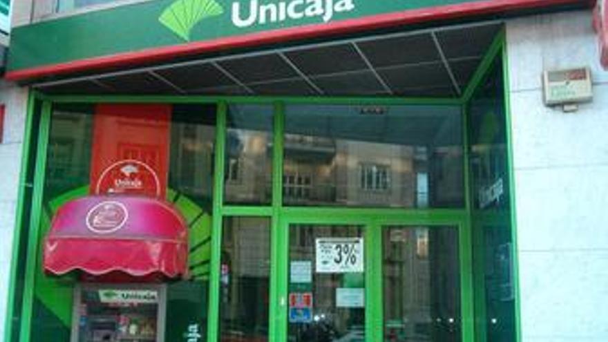 Junta y partidos, de acuerdo para una fusión Unicaja-Cajasol