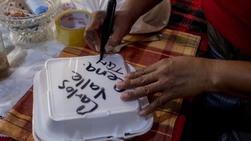 Rebeca Montenegro prepara la comida que llevará como cada martes a su marido, en la cárcel (Fred Ramos/Elfaro.net)