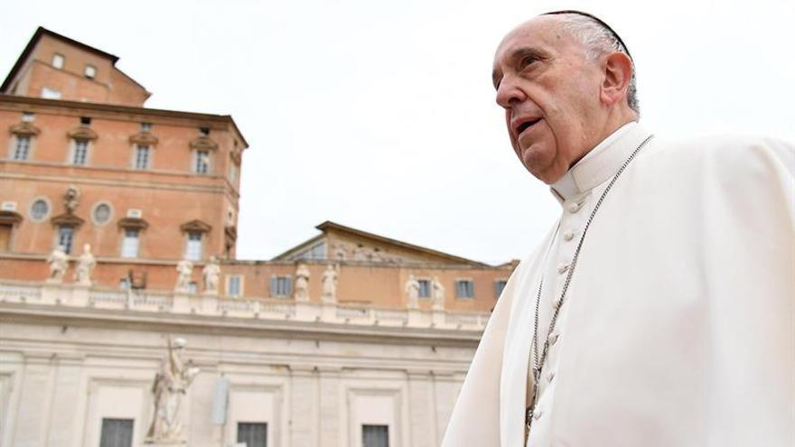 """El papa dice que rezar es un diálogo con Dios y no """"hablar como papagayos"""""""