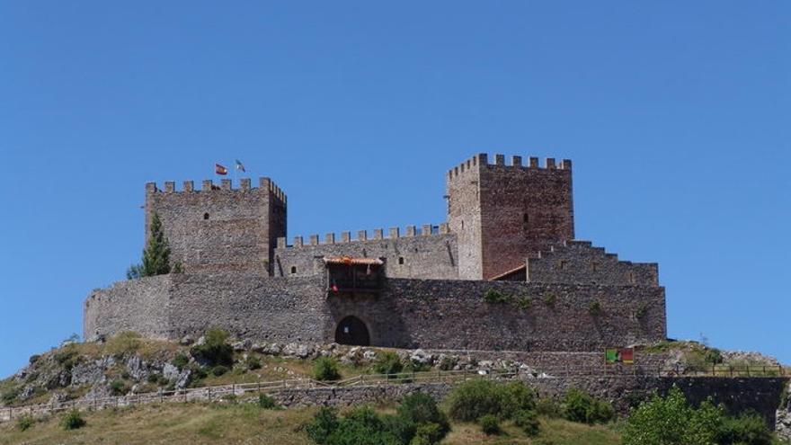 El Castillo de Argüeso acoge la exposición 'Ya no quedan islas' del pintor Ángel Izquierdo