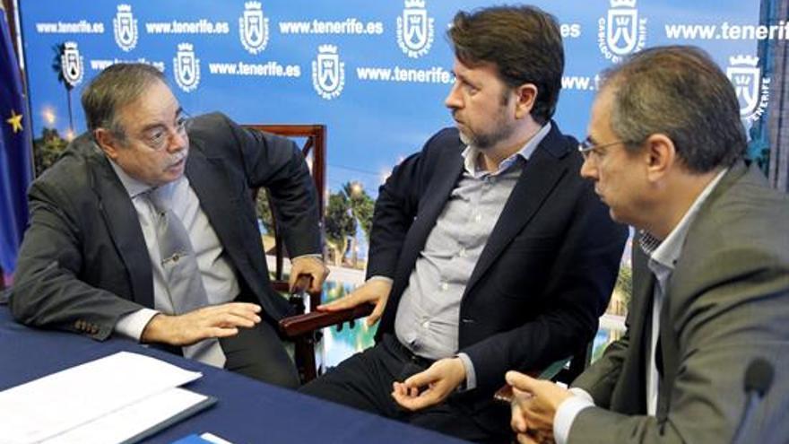 Alonso (c) conversa con Berriel y Delgado (i). EFE