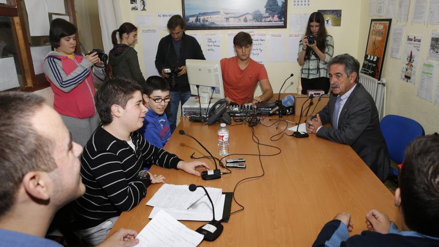 Un momento de la entrevista en el IES Miguel Herrero. | José Cavia