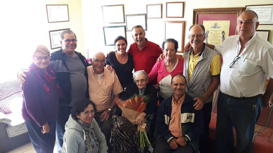 Doña Nieves Jiménez rodeada de sus familiares.
