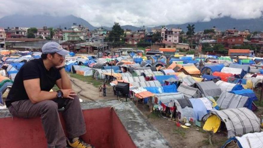Miguel Ángel Tobías en un campamento nepalí, construido después del terremoto. Fuente: Patxi Navarro