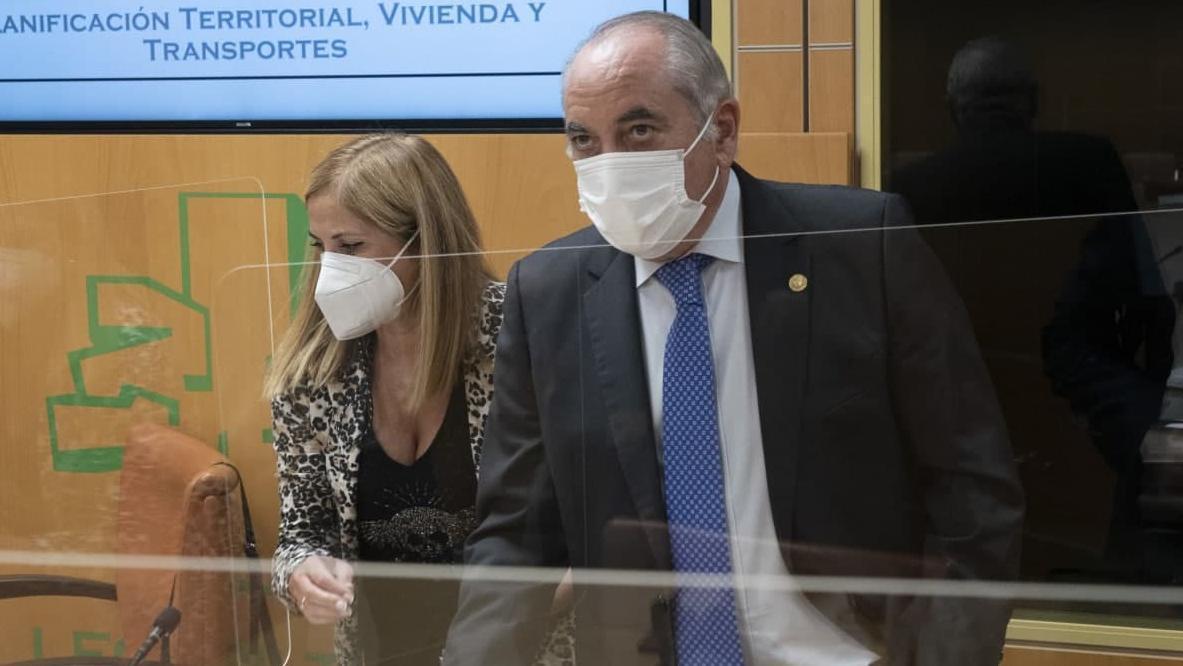 El consejero Arriola, con María Jesús San José, este lunes en el Parlamento Vasco