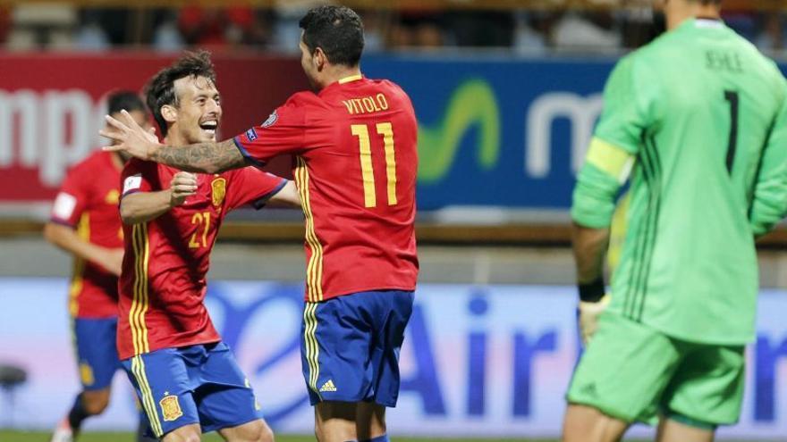David Silva y Víctor Machín, 'Vitolo', celebrando uno de los antos de España ante Liechtenstein.