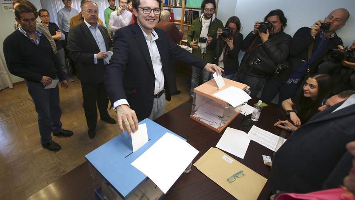 Fernández Mañueco votando en las primarias del PP en Castilla y León que finalmente ganó.