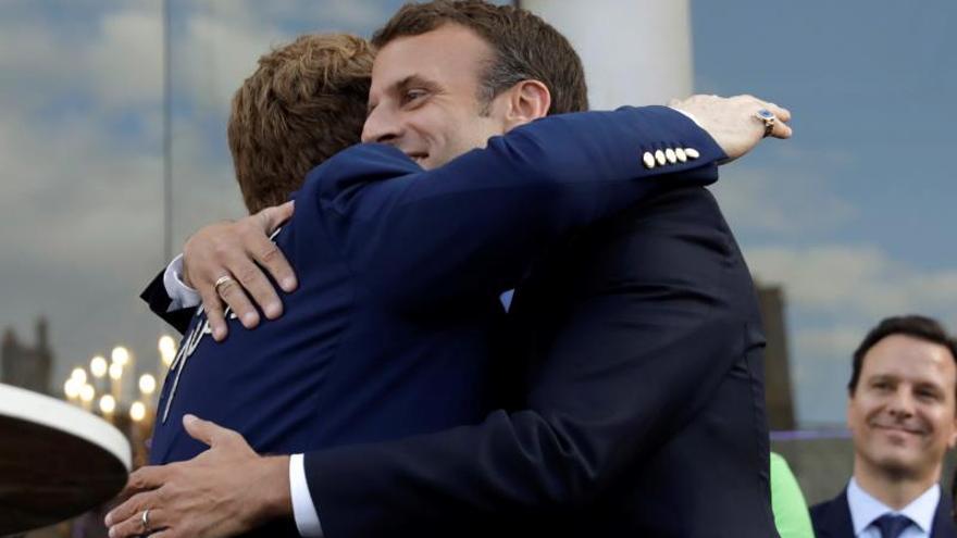 Macron y Elton John apelan a recolectar más fondos contra el sida