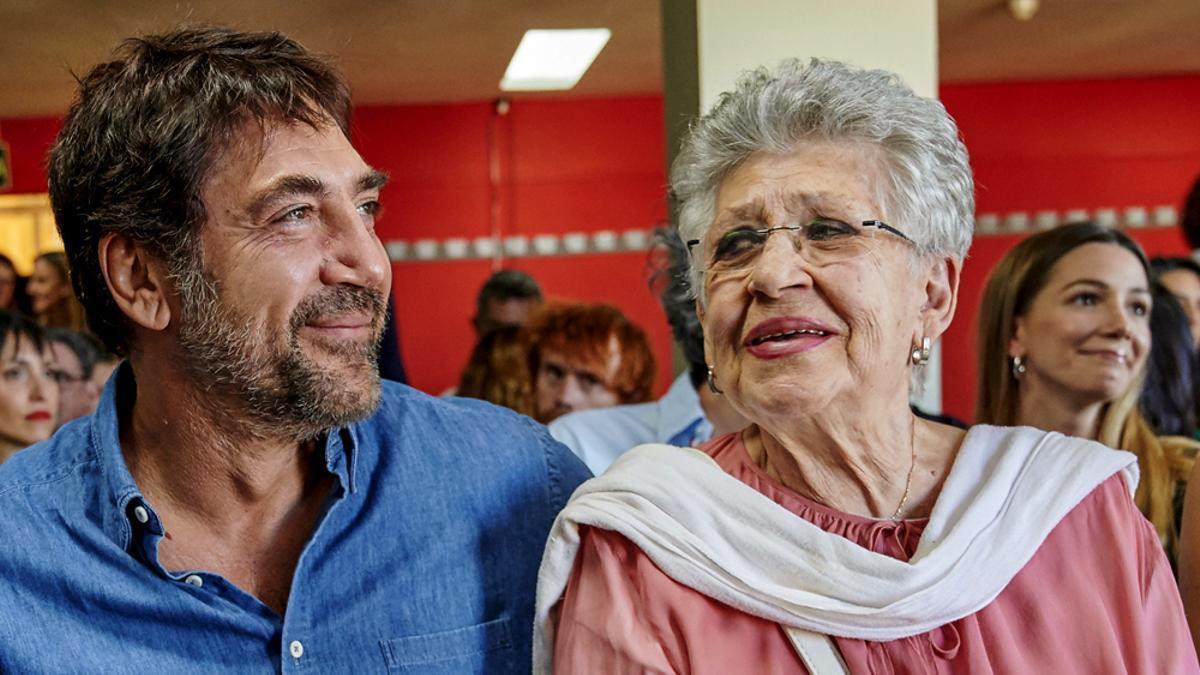 Pilar Bardem junto a su hijo Javier en un acto en 2019