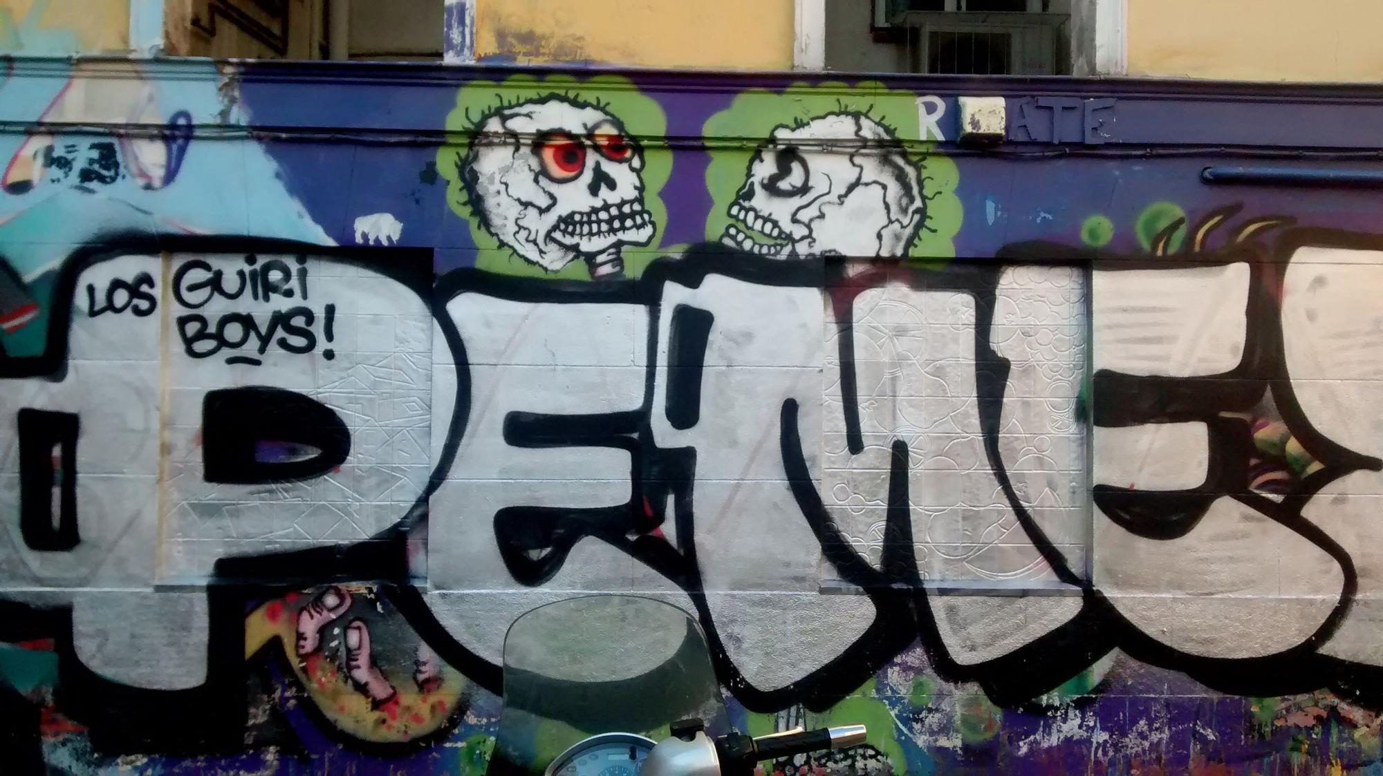 Letras de plata de Neko y Mr. Ceo sobre el muro de Juan Pujol | SOMOS MALASAÑA