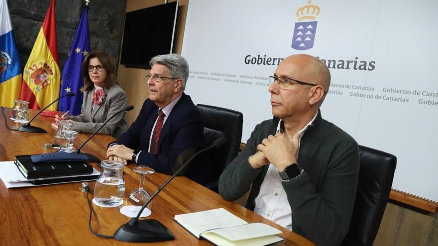 La consejera de Sanidad de Canarias, Teresa Cruz, el portavoz del Ejecutivo, Julio Pérez, y el jefe del servicio de Epidemiología del SCS, Domingo Núñez