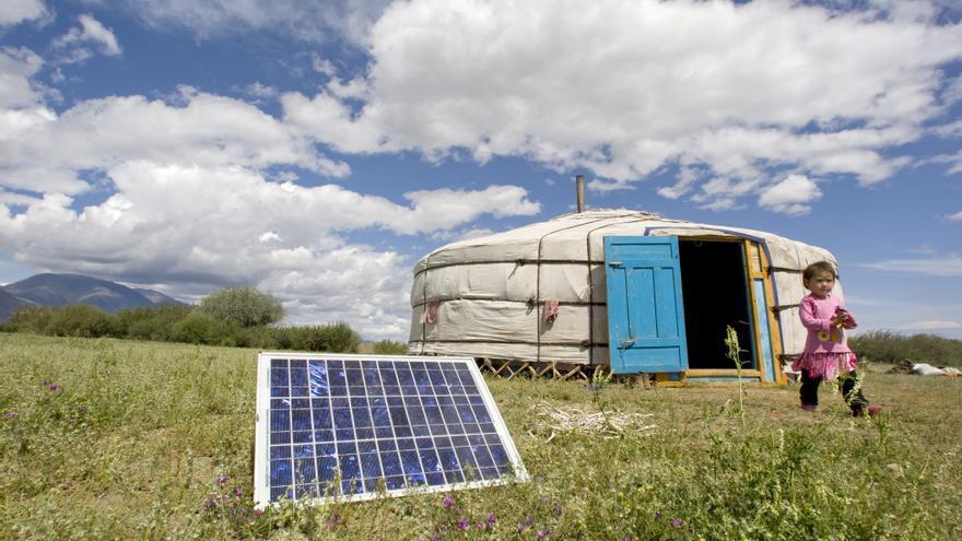 Una familia en Tarialan, Mongolia, usa un panel solar para generar energía para su ger, una tienda tradicional mongola, 2009.   Foto: UN Photo/Eskinder Debebe.