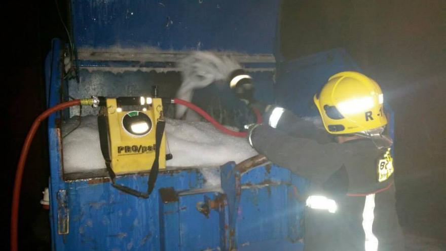 En la imagen, uno de los bomberos que ha intervenido en la extinción del incendio del contenedor industrial. Foto: BOMBEROS LA PALMA
