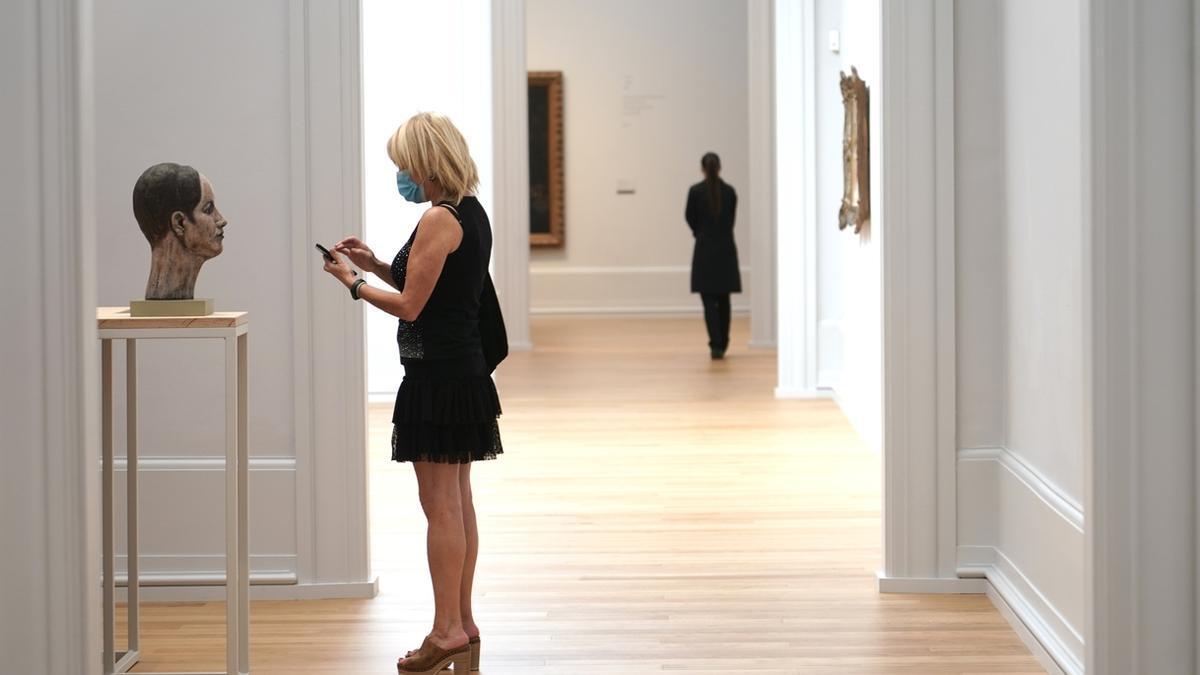 Una mujer en el Museo Bellas Artes de Bilbao
