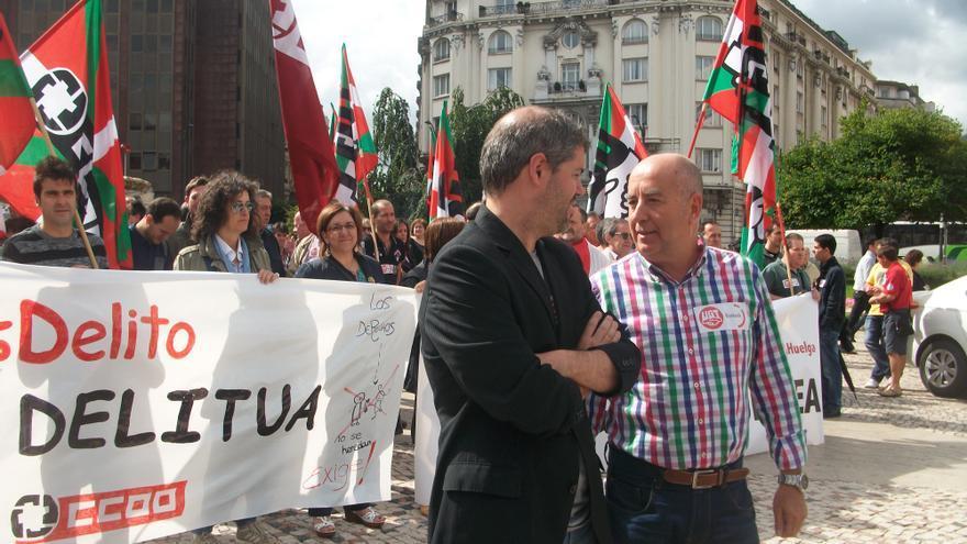 Los secretarios generales de CCOO y UGT Euskadi frente a la concentración por el derecho a huelga.