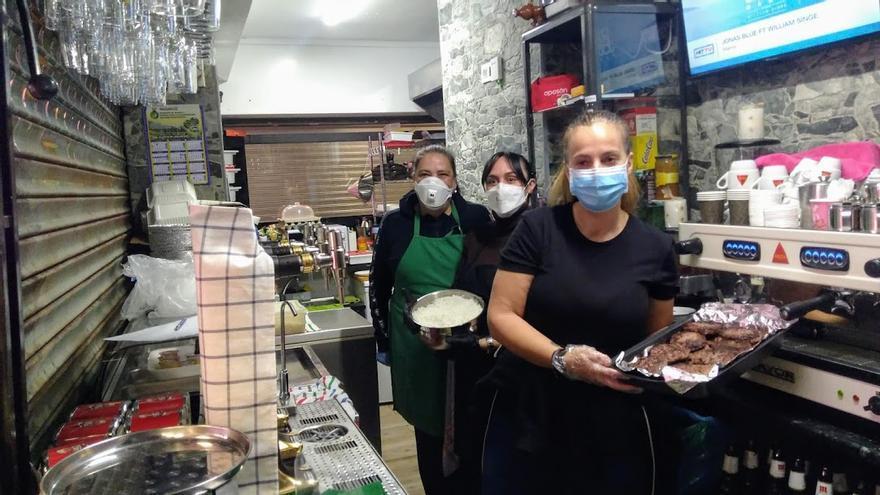 Gemma, Conchi y Ascensión, en el Bar Conchi's, preparando menús solidarios | SOMOS MALASAÑA