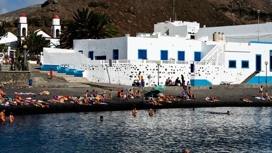 Desde la playa del Puerto de Las Nieves se ven las torres de la Ermita. VIAJAR AHORA