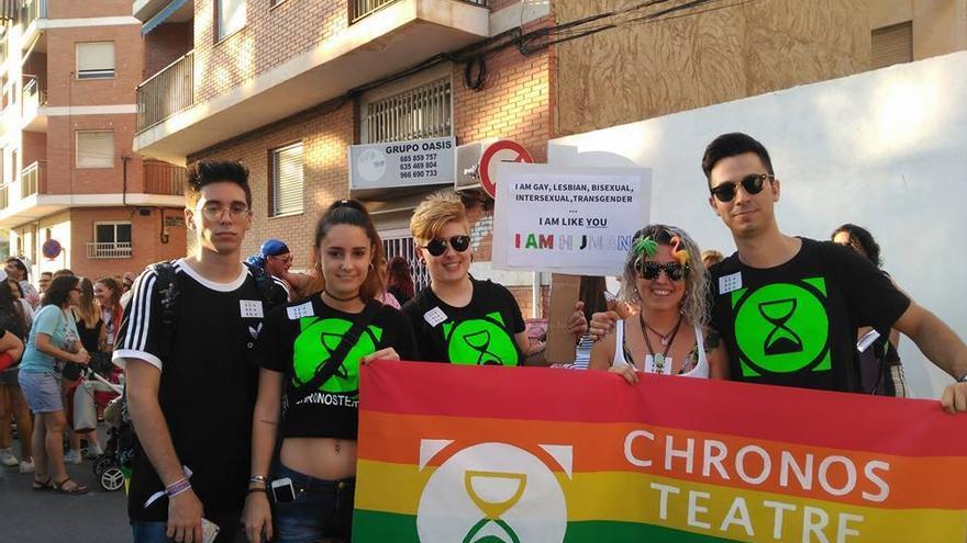 Miembros de la asociación juvenil Chronos Teatre, convocantes de la besada masiva, en un acto reivindicativo.