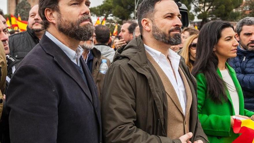 Iván Espinosa de los Monteros (i), Santiago Abascal y Rocío Monasterio, en la manifestación por la unidad de España organizada por Vox, PP y Ciudadanos.